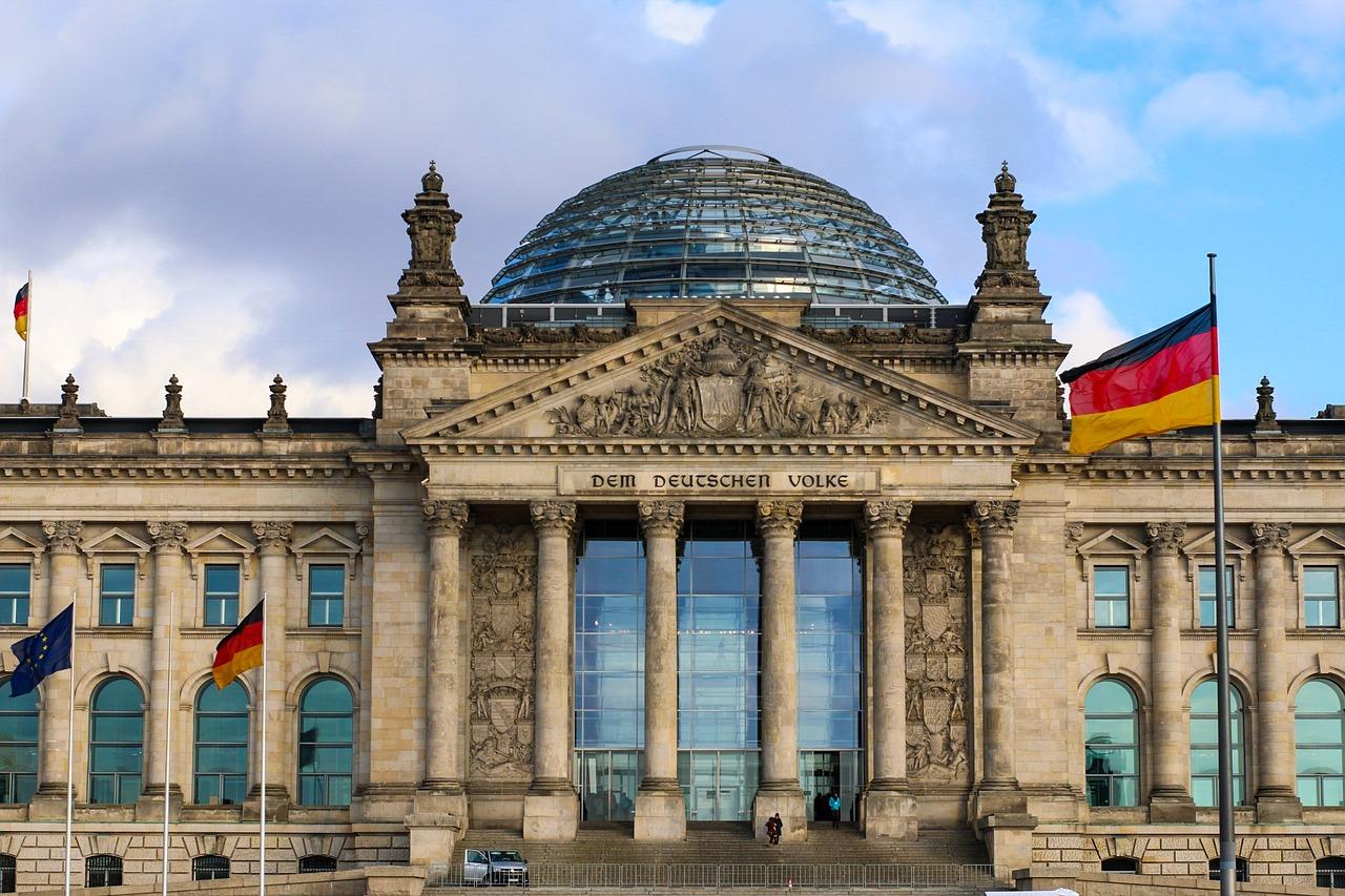 Eine Deutsche Flagge weht vor dem Bundestag in Berlin