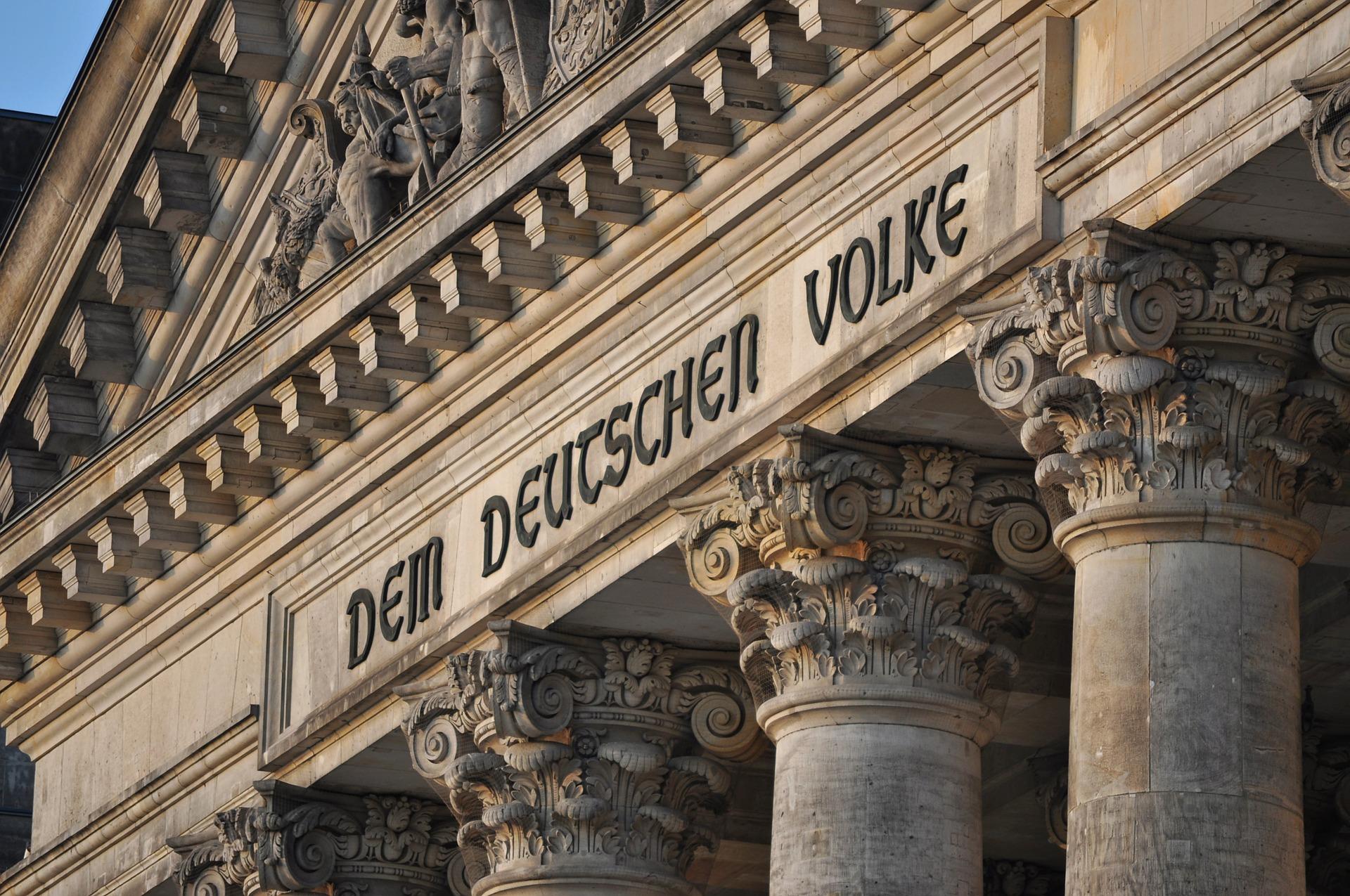 """Der Bundestag in Berlin mit dem Schriftzug """"Dem Deutschen Volke"""""""