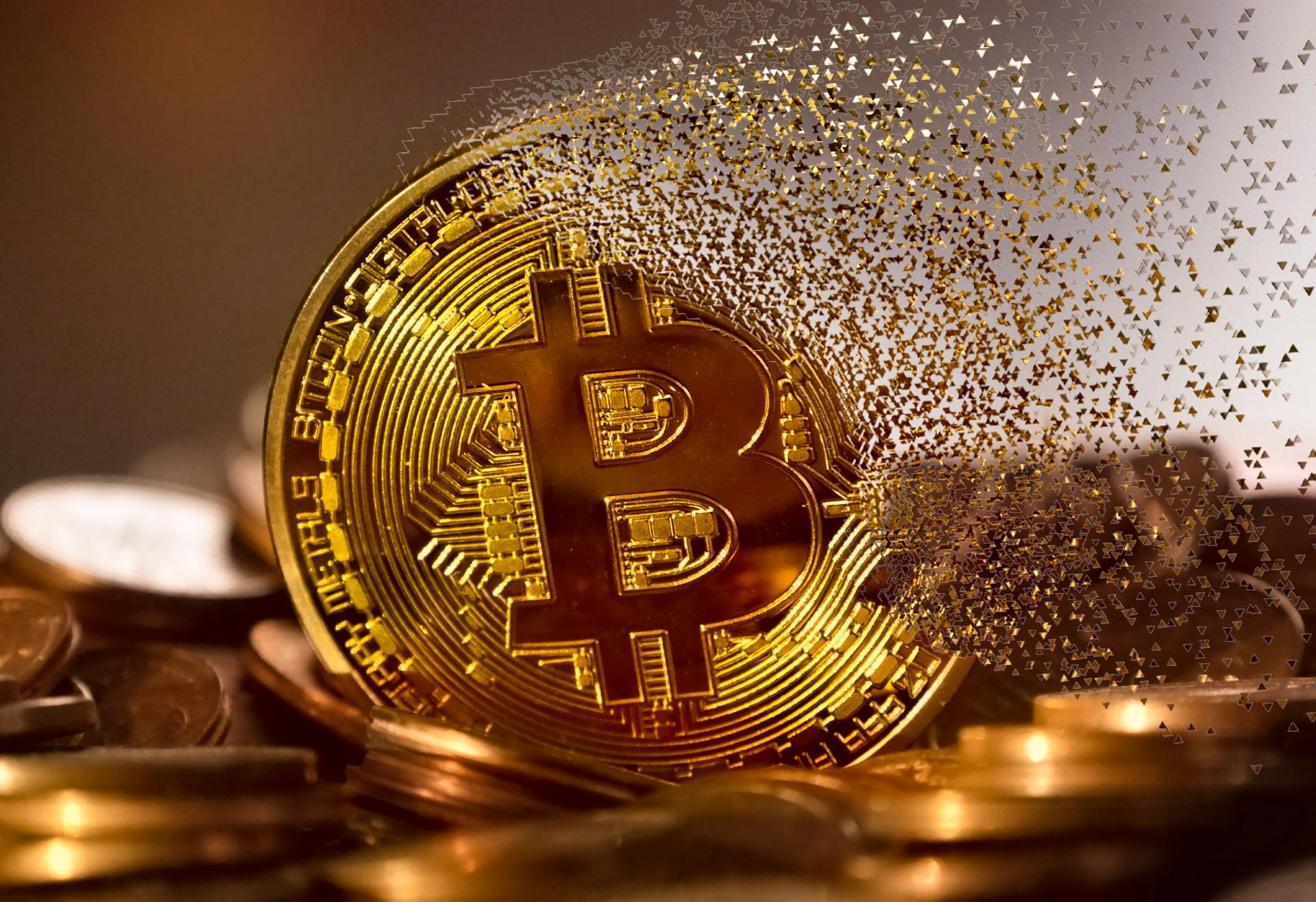 Ein Bitcoin löst sich in viele kleine Stücke auf.